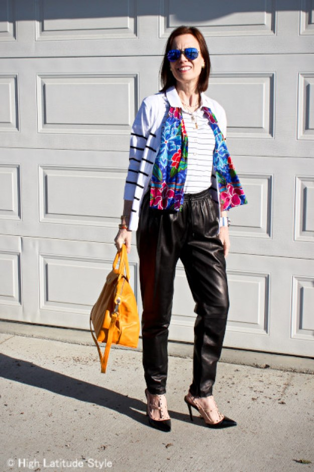street style blogger in joggers for a casual weekend look