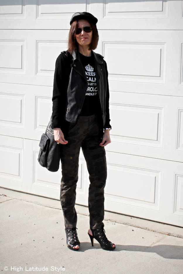 #streetstyleover40 woman in cargo pants with a bucket style shoulder bag