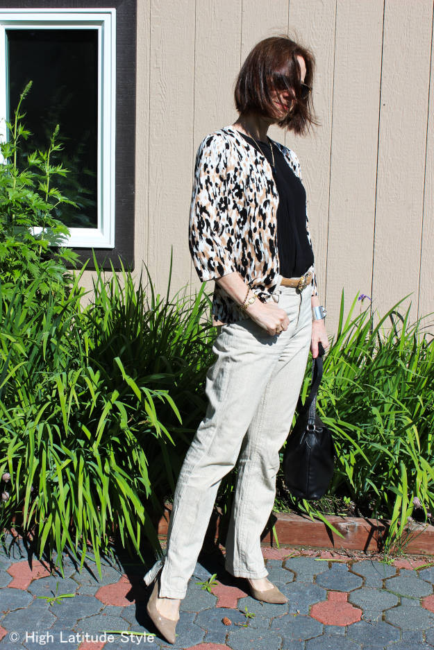 blogger in linen pants, blouse, cardigan illustrating summer business casual style