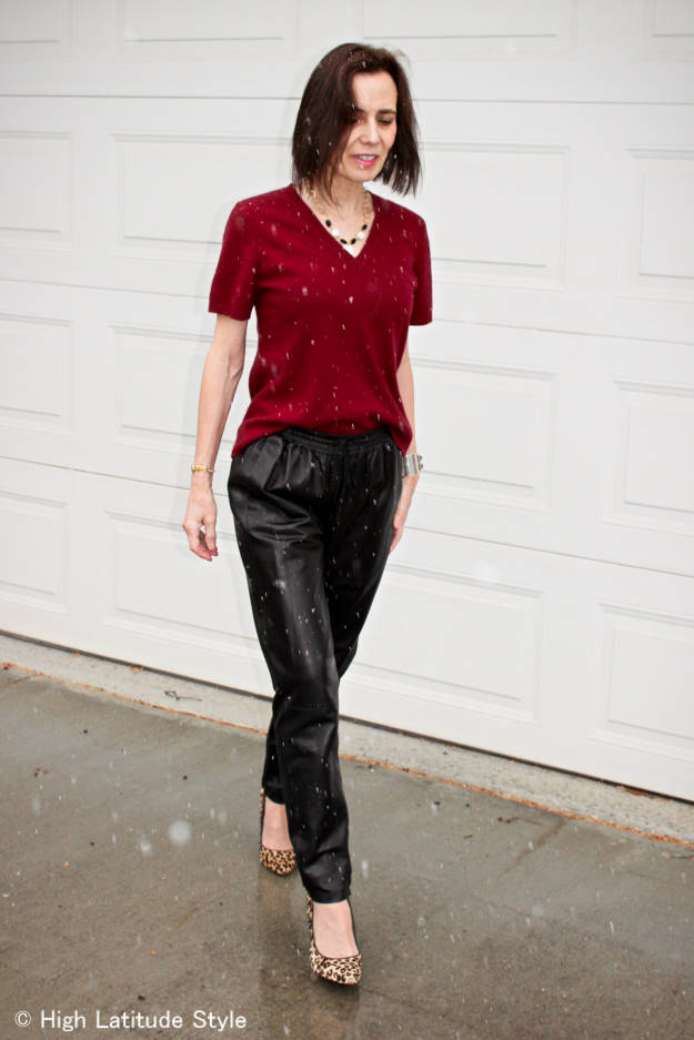 #fashionover50 mature woman looking slim in a layered jogger and sweater outfit