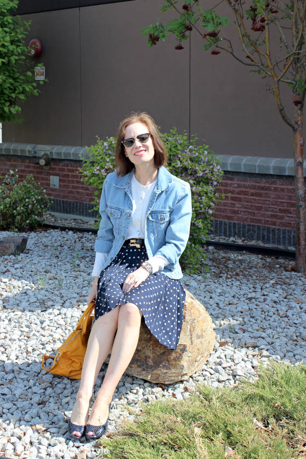 over 50 years old fashion blogger in sightseeing look for business traveler