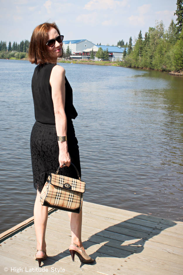 #fashionover50 Alaskan lady with pencil skirt, sleeveless top, bag and pumps