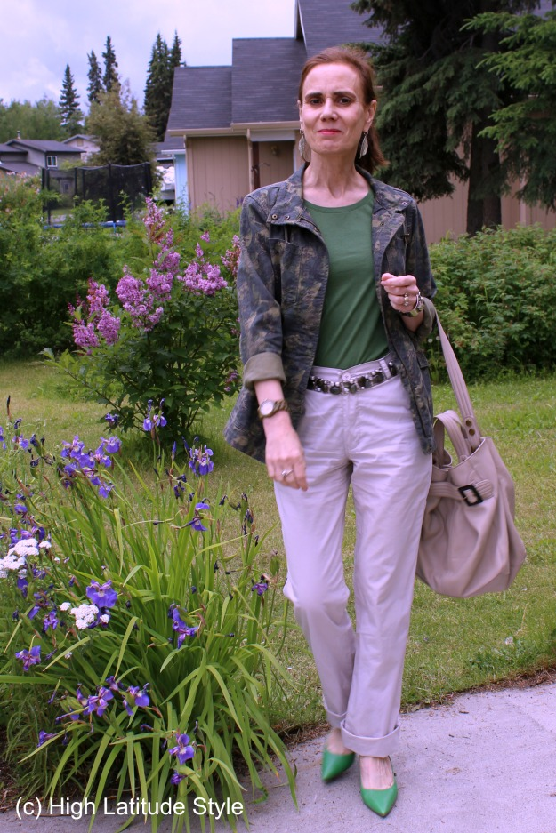 style blogger in drawstring parka, statement belt, chinos, tote, pumps, T-shirt