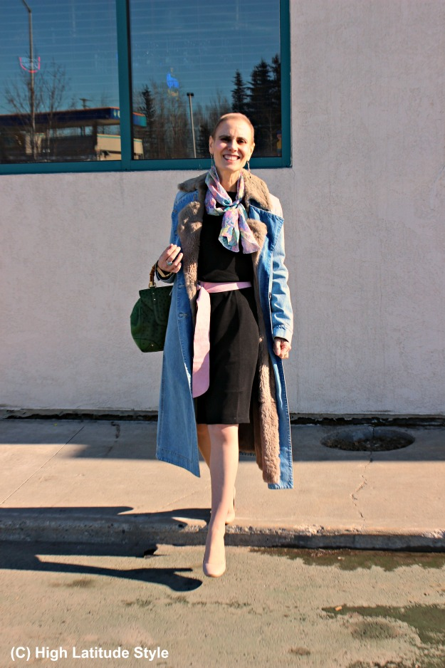 #fashionover50 older woman in spring outfit with colorful hand-made Uno Alla Volta swirl scarf