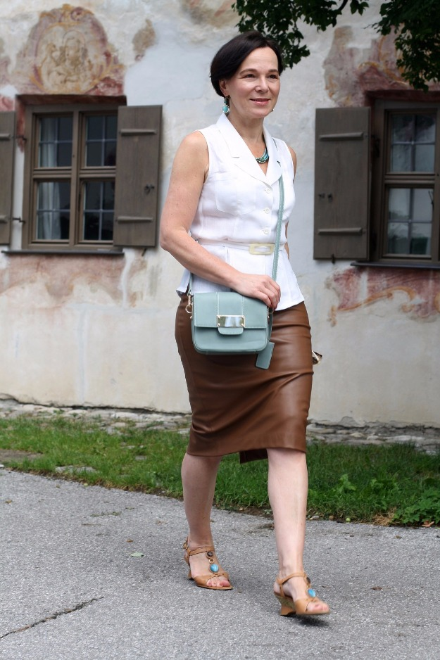 #fashionover50 Lady of Style in a tan leather pencil skirt