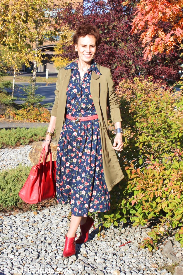 #maturestyle woman looking posh chic in a rose print dress with long blazer