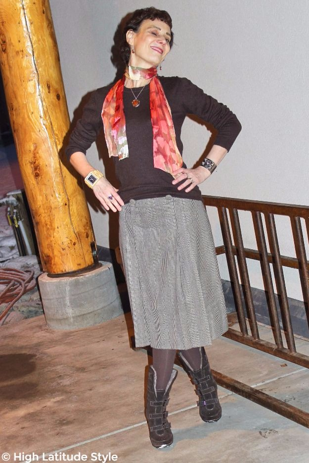 #maturestyle woman in fall outfit with #UnoAllaVolta pendent necklace