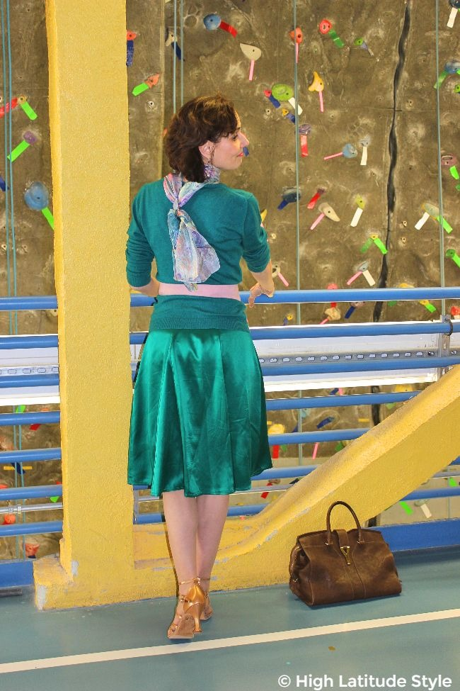 #fashionover50 midlife woman in teal outfit with pink accents