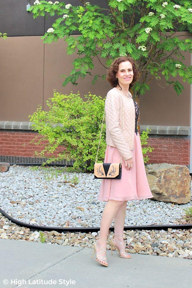 #advancedstyle mildife woman in blush pink date night look with Bellorita crossbody
