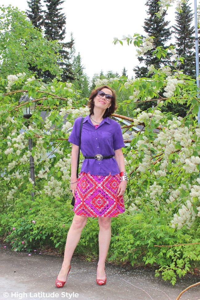 over 50 years old fashion blogger wearing a dress as skirt in summer