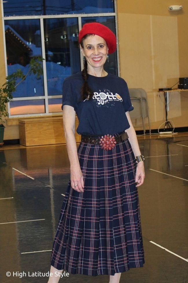 blogger in pleated skirt, T-shirt, beret