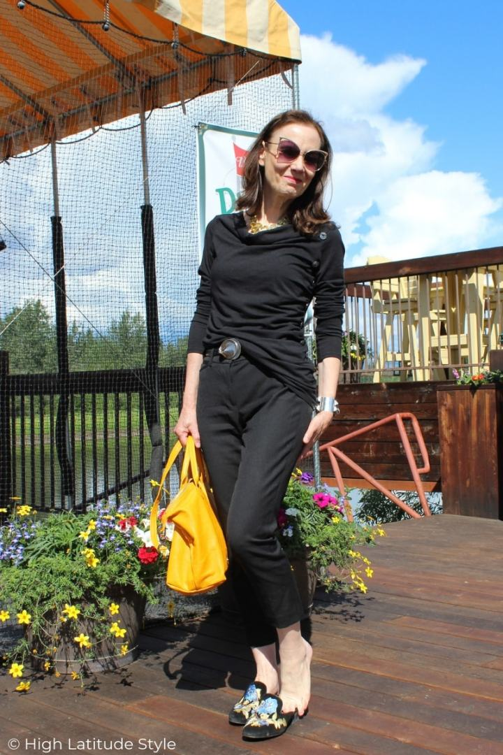 over 50 years old fashion blogger in all black summer outfit with cropped pants and drapped top