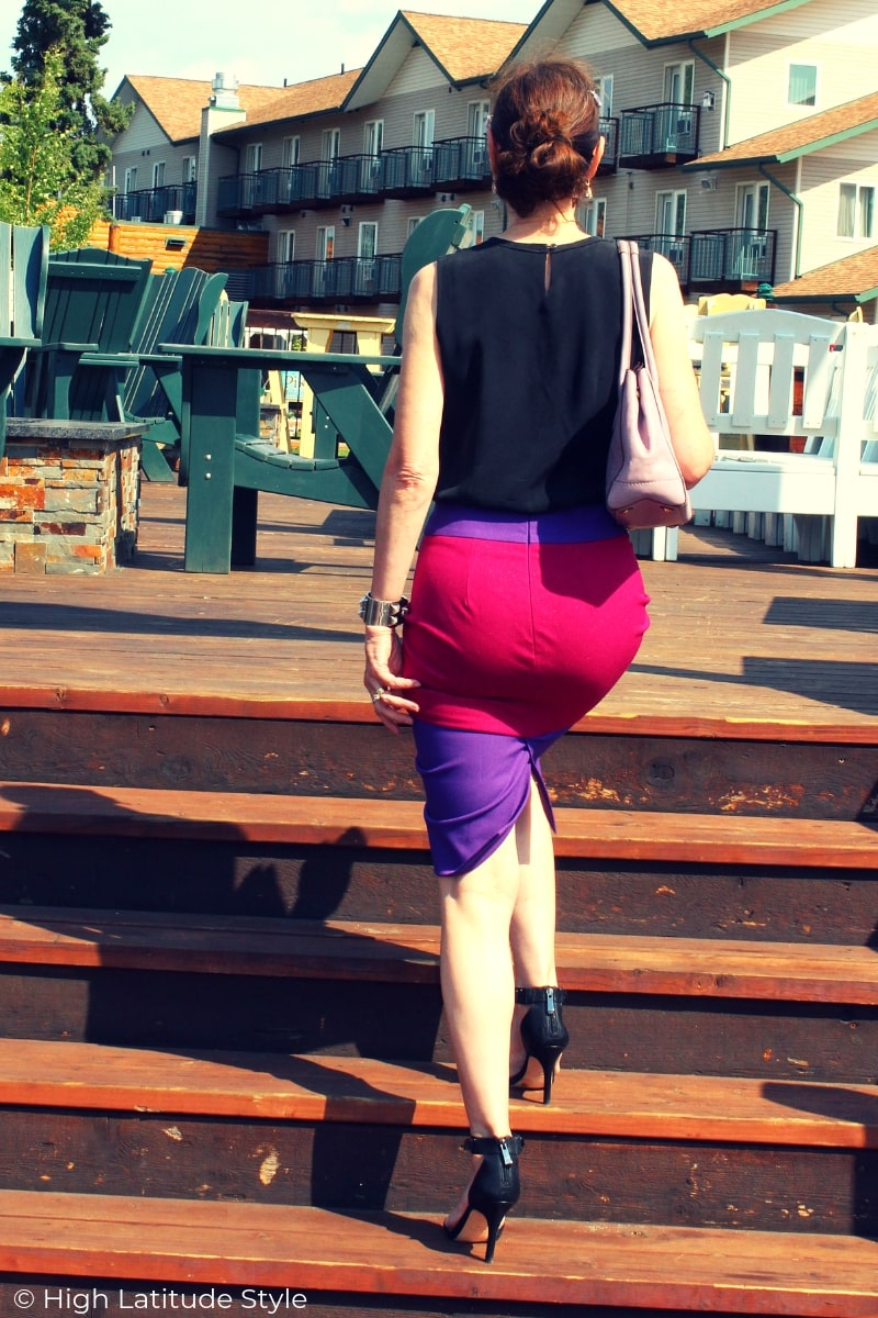 over 50 years old style blogger in curve-creating pencil skirt