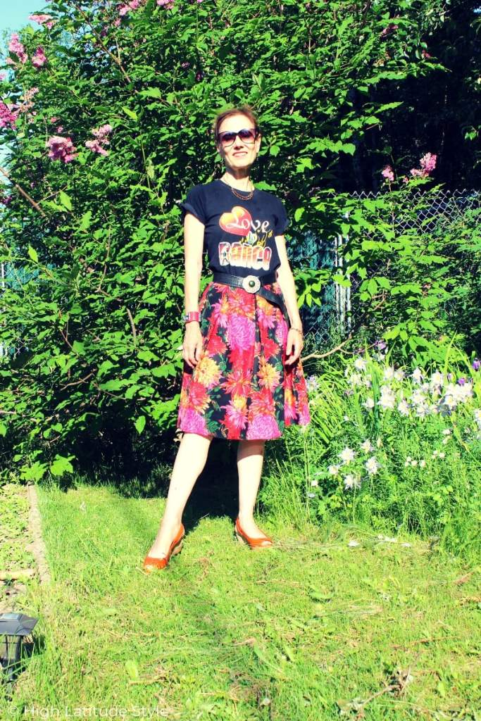Alaskan blogger Nicole in summer look with skirt and T-shirt
