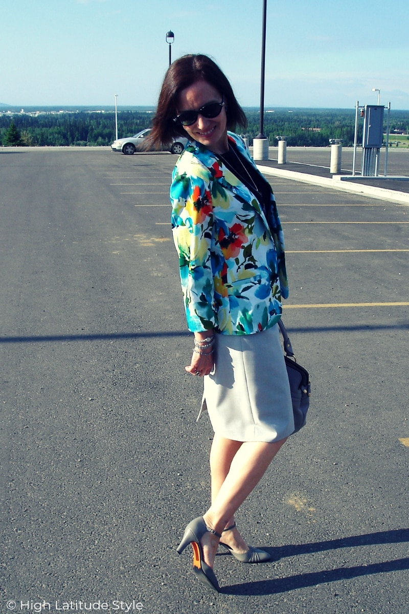 blogger Nicole Mölders in fake skirt suit work outfit with abstract print and pencil skirt