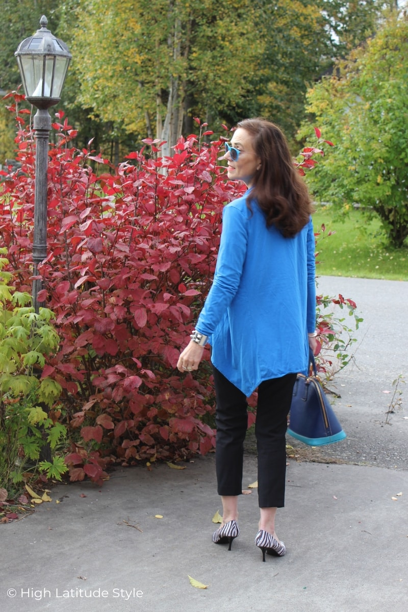 mature blogger in long cardigan, cropped trousers and pumps