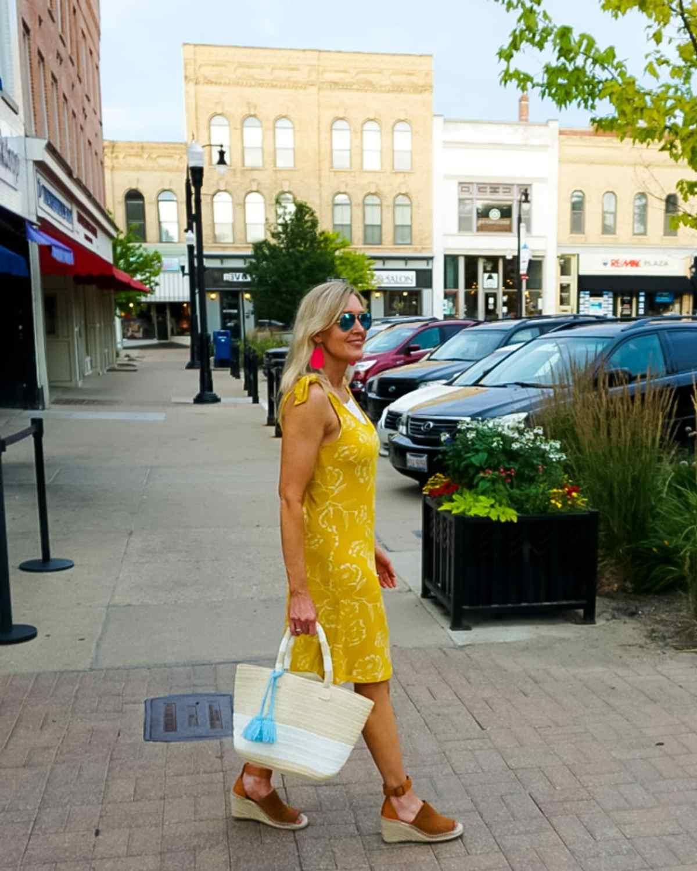 Jill in yellow white sheath in a mall