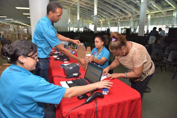 Miles de profesores y de estudiantes recibirán laptops