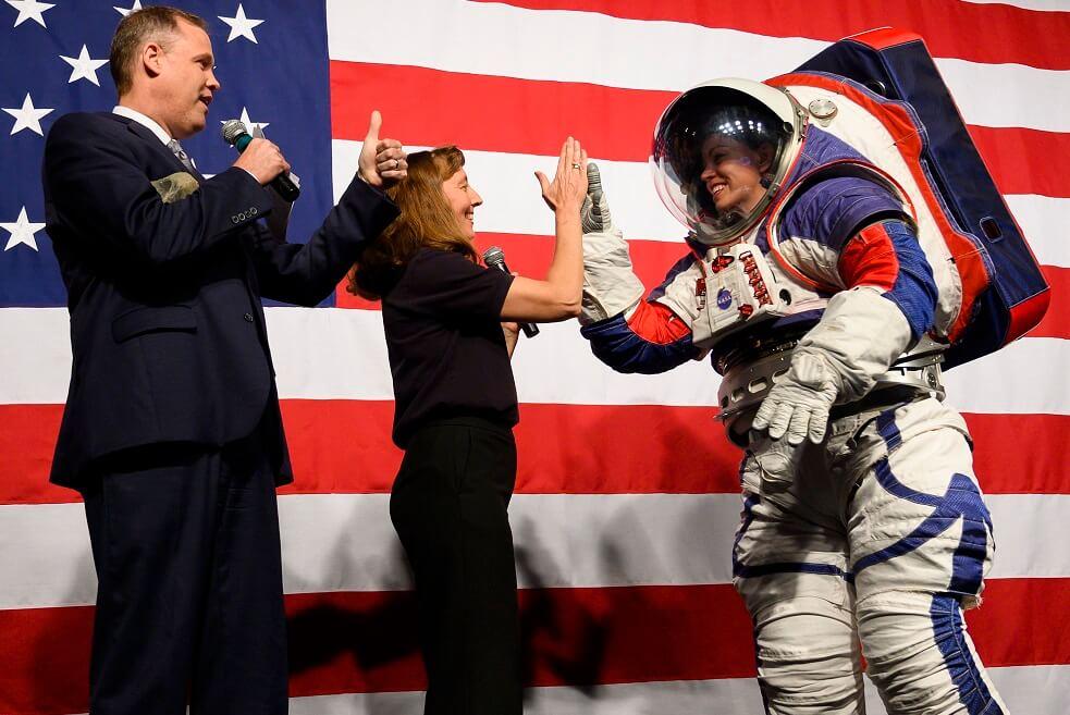 La Nasa presentó sus nuevos trajes espaciales que se usarán en próxima misión a la luna