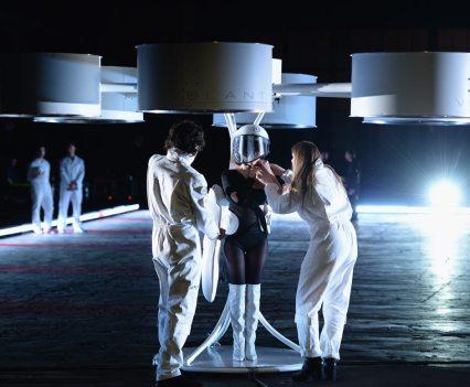 Arte digital, no The Barbican, em Londres. Nancy Tilbury and Benjamin Males secure Lady Gaga in the Volantis. ArtPOP album launch, New York, December 2013. Studio XO