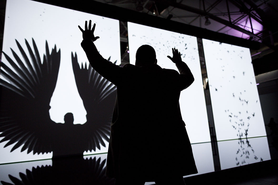 Arte digital, no The Barbican, em Londres. Treachery of Sanctuary, 2012. Chris Milk. Photo Bryan Derballa