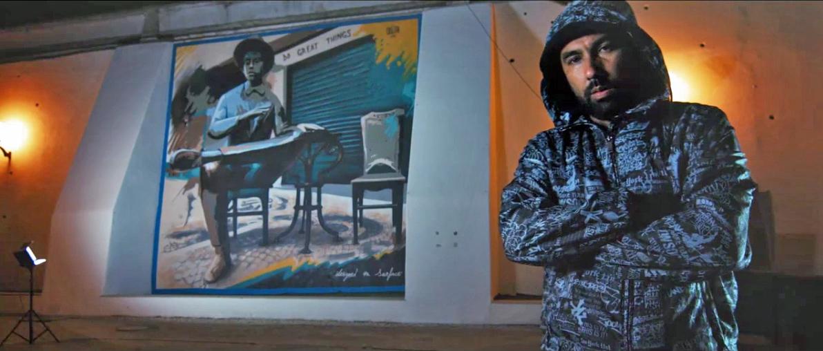 O street artist português Sérgio Odeith e o mural que criou a convite da Microsoft para o lançamento do Surface Pro 4
