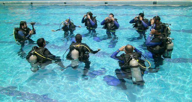 buzos_en_piscina_higueroteonline