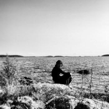 """""""Marian ilmestymispäivänä Einarin vene liukui esiin pienenä pisteenä järven vastarannalta. Niilon isä tarttui puukkoon. Pitkiä, kiharaisia lastuja ropsahteli lattiaan. Veneen lähestyessä sen keulasta erottui huivipäinen tyttö."""" V.H/ Karhunpesä"""