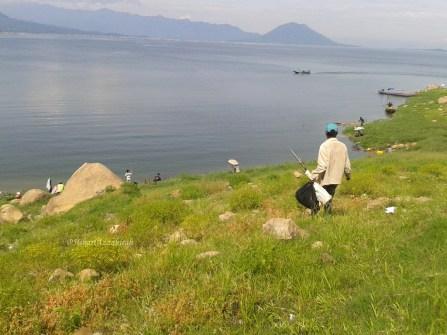 seorang penduduk pergi memancing