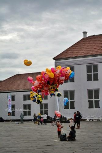 bapak penjual balon