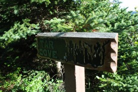 The sign marking the side trail to Tar Cove beach.