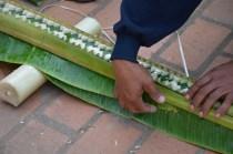 Schnitzarbeiten an Palmblättern