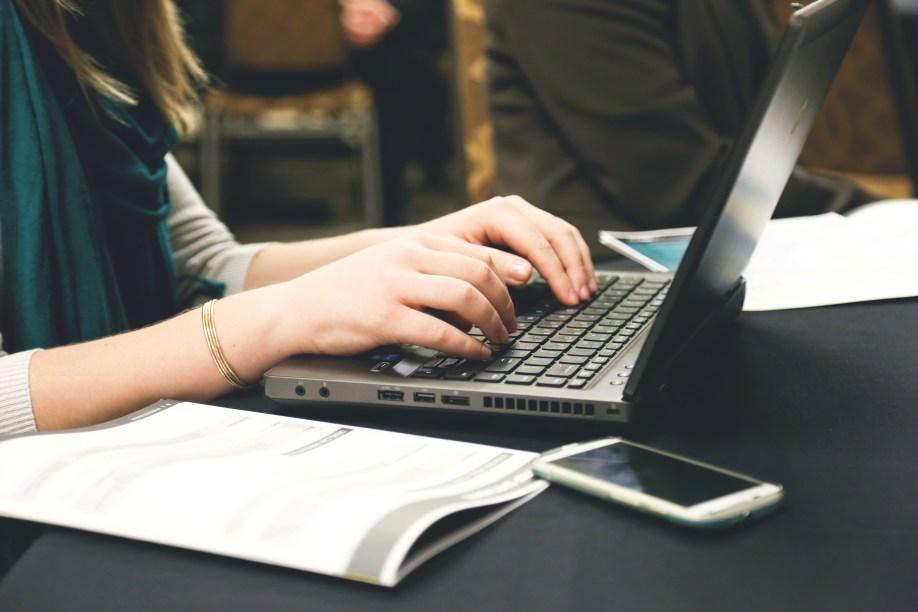kvinne som skriver blogg