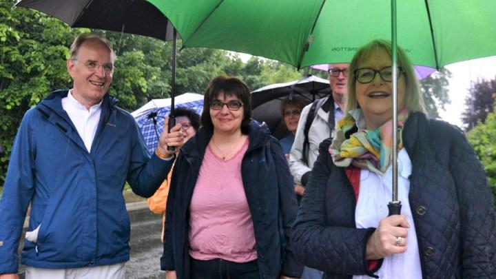 200 Engelwanderer trotzen dem Regen – Landesbischof Ralf Meister plaudert zwischen Bodenburg und Wehrstedt über Gott und die Welt