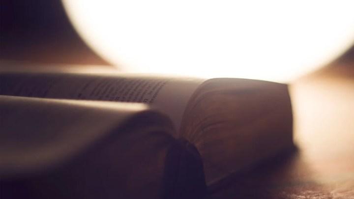 Schauspieler trägt biblische Texte stimmgewaltig vor