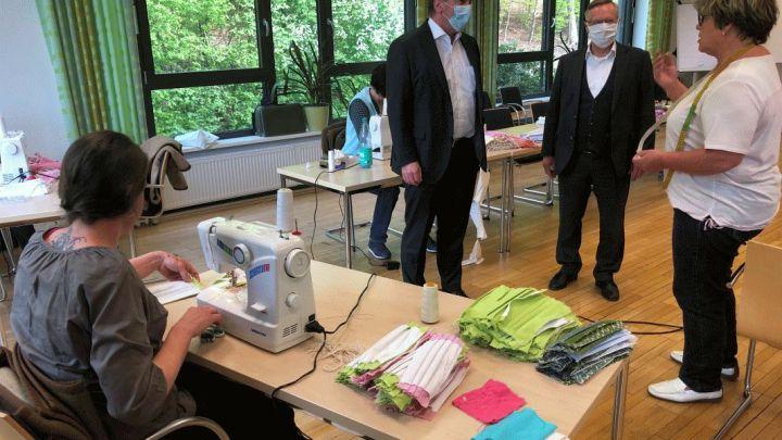 Spontan auf Masken umgestellt: Minister Pistorius besucht Produktion beim Niedersächsischen Fußballverband