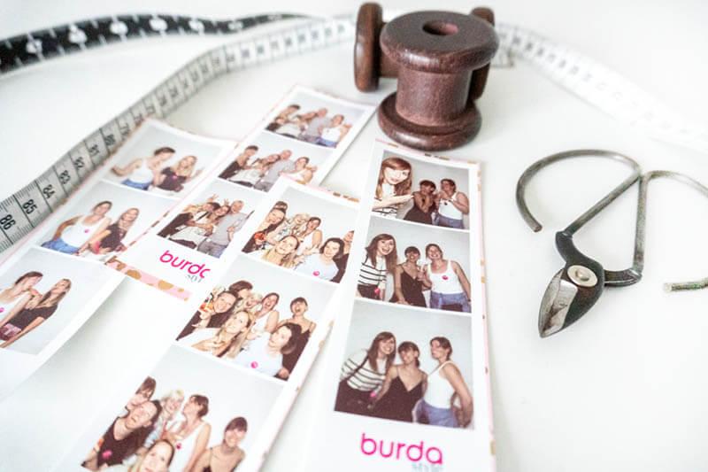 Burda Event Fotos aus Fotobox mit Schere, Maßband und Nähgarnrollen.