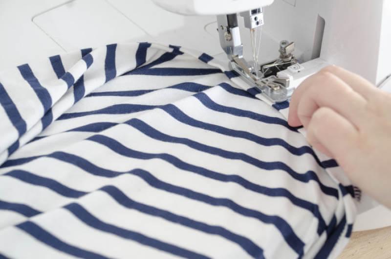 Nähanleitung Step by Step für selbstgenähtes Maritim gestreiftes Basic T-Shirt. Halsbündchen mit Overlock annähen.