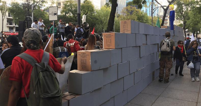 Levantan muro frente a la embajada de EU en la CDMX