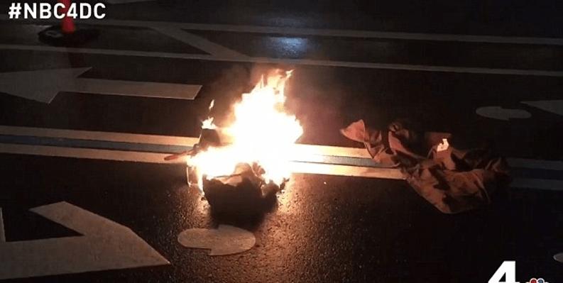 Hombre se prende fuego en protesta contra Trump (VIDEO)