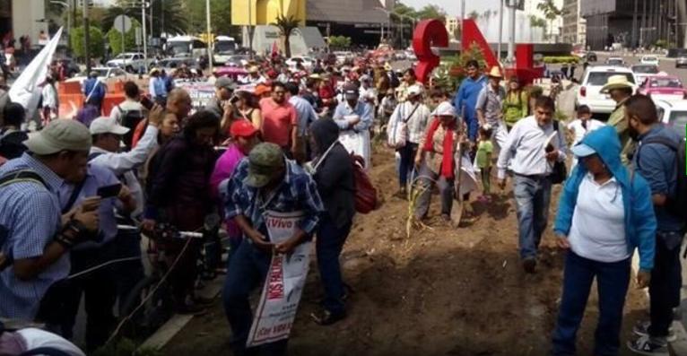 Padres siembran semillas por los 43 y protestan ante la PGR