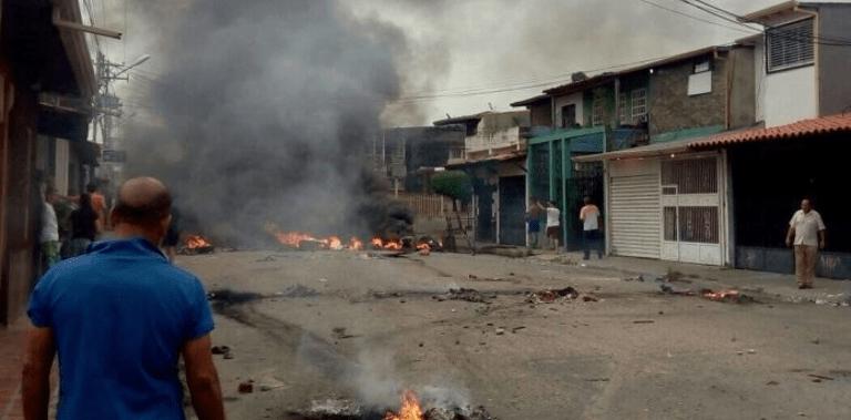 Opositores queman casa en que vivió Hugo Chávez