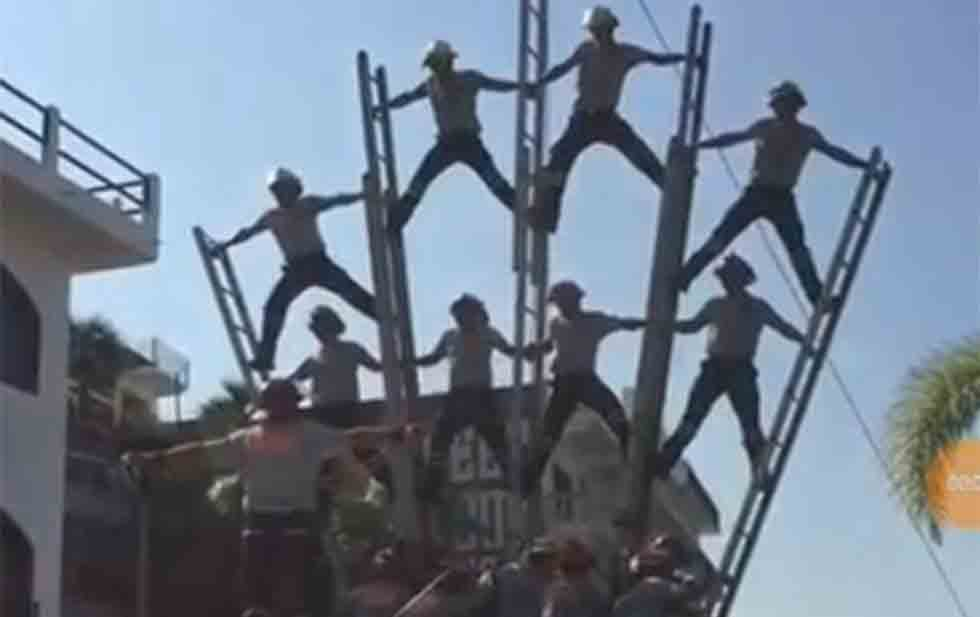Caen bomberos desde 6 metros de altura en un desfile (VIDEO)