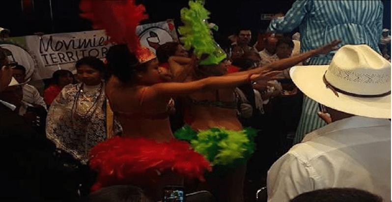 Bailarinas exóticas amenizan acto de Pepe Meade en Puebla (FOTOS)