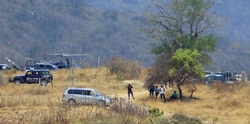 Federales con palas, picos buscan restos en cerro de Iguala