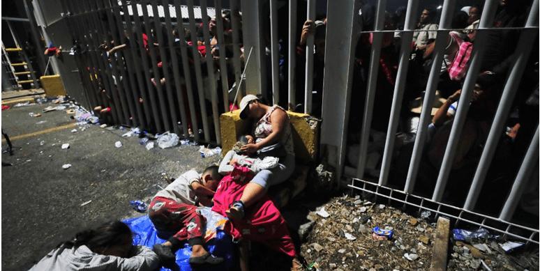 Miles de hondureños aguardan en la frontera con México