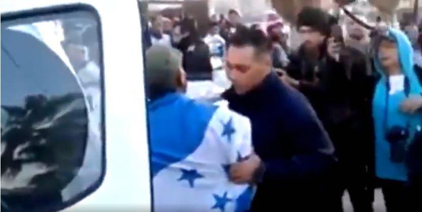 Detienen en Tijuana a hondureño autonombrado líder migrante (VIDEO)