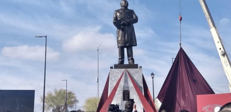 Erigen estatua de Benito Juárez en la puerta grande de México