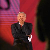 Revela AMLO que un ex presidente adeuda impuestos