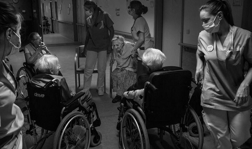 जहाँ कोरोनाभाइरस संक्रमित वृद्धवृद्धालाई मर्नका लागि छाडीयो